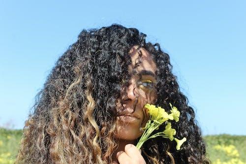 곱슬머리, 꽃잎, 다른 곳을 바라보는, 레저의 무료 스톡 사진