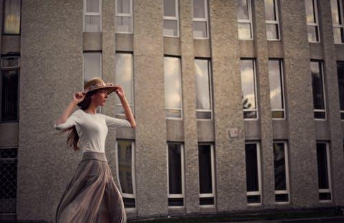 Darmowe zdjęcie z galerii z architektura, budynek, budynek od zewnątrz, chodzenie
