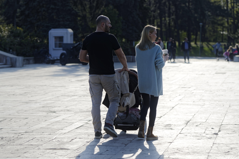 Foto d'estoc gratuïta de assolellat, bebè, caminant, dona