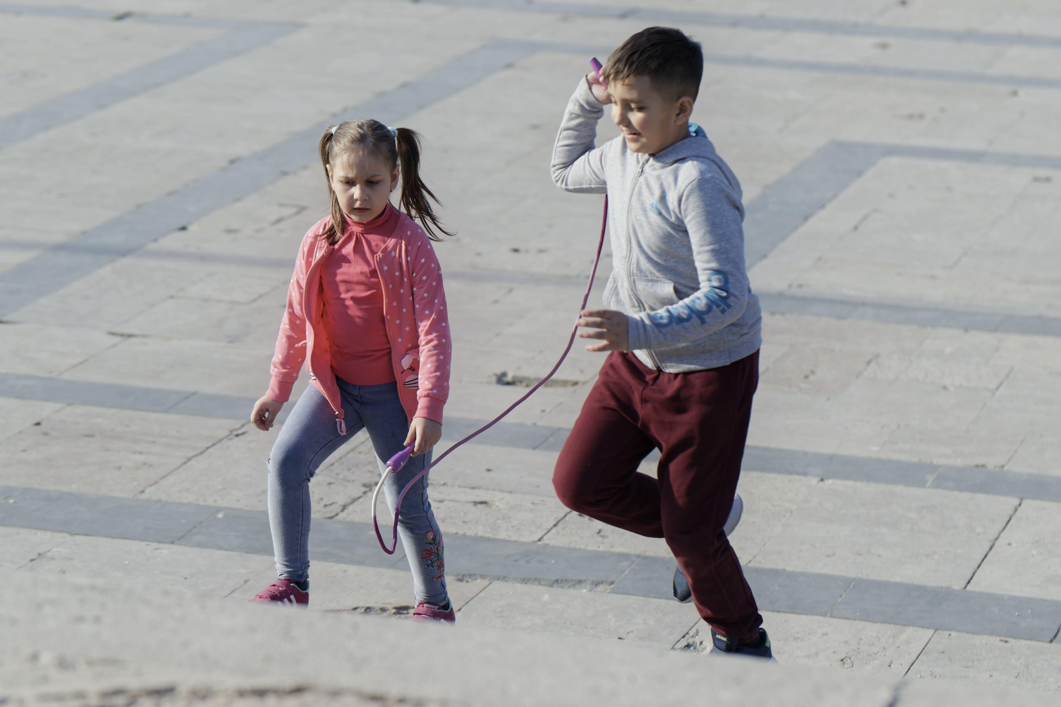 Foto d'estoc gratuïta de corda, dos nens que corren amb una corda, entreteniment, escales