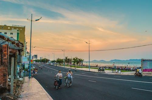 Photos gratuites de bicyclette, ciel, coucher de soleil, gens
