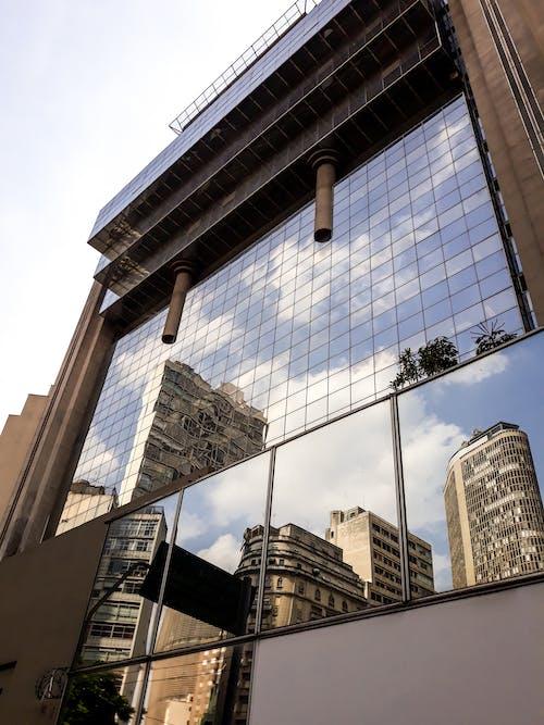 Бесплатное стоковое фото с архитектура, городская зона, городской пейзаж, зеркало