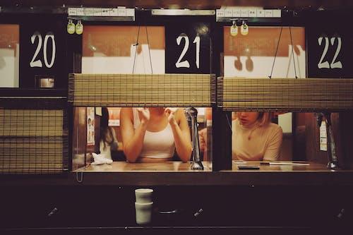 Foto Von Zwei Frauen, Die Nebeneinander Sitzen