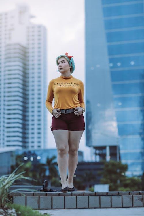 Foto d'estoc gratuïta de a l'aire lliure, cabells curts, cames, ciutat