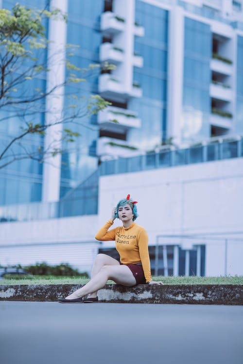 Immagine gratuita di alla ricerca, capelli blu, capelli corti, città