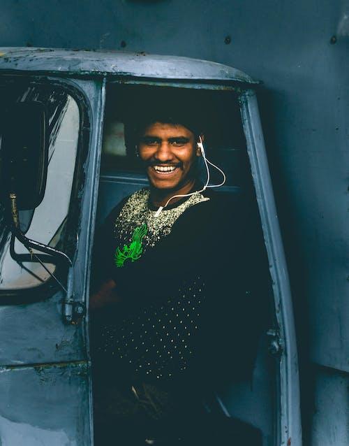 Fotobanka sbezplatnými fotkami na tému India, indický chlapec, modrá, na zvislo