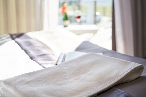 Gratis lagerfoto af dagslys, håndklæde, indendørs, luftslør