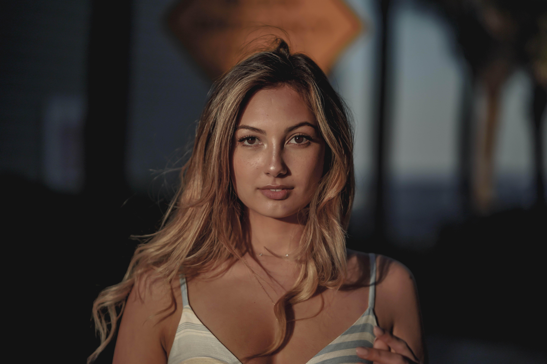 Základová fotografie zdarma na téma blond, dívání, focení, hezký