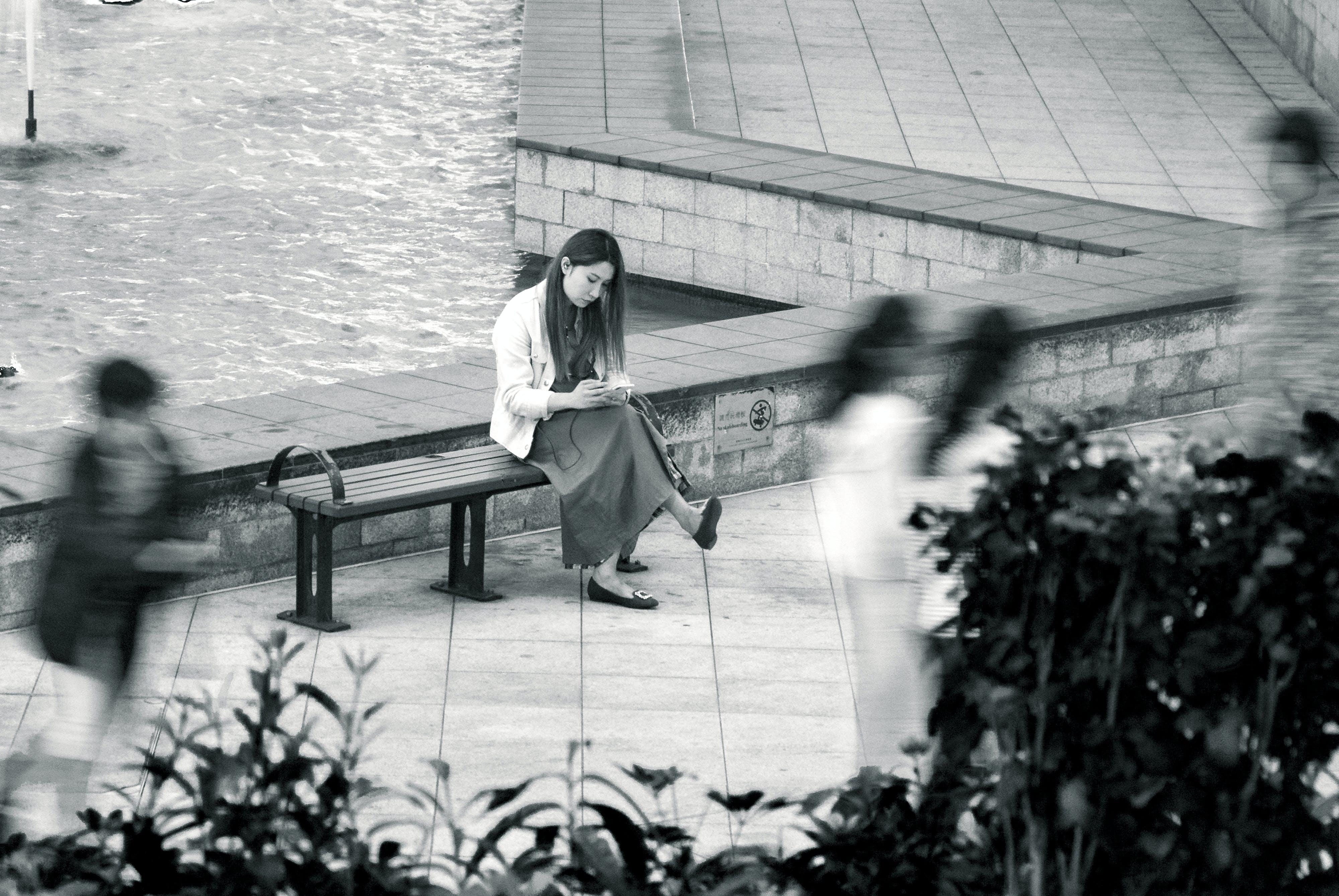 Gratis lagerfoto af fred, humør, sidde, sort og hvid
