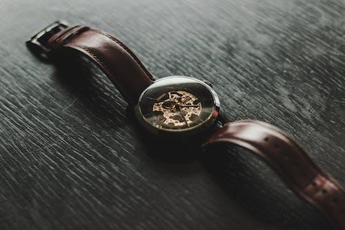 Základová fotografie zdarma na téma analogové hodiny, čas, fosilní, hodinky