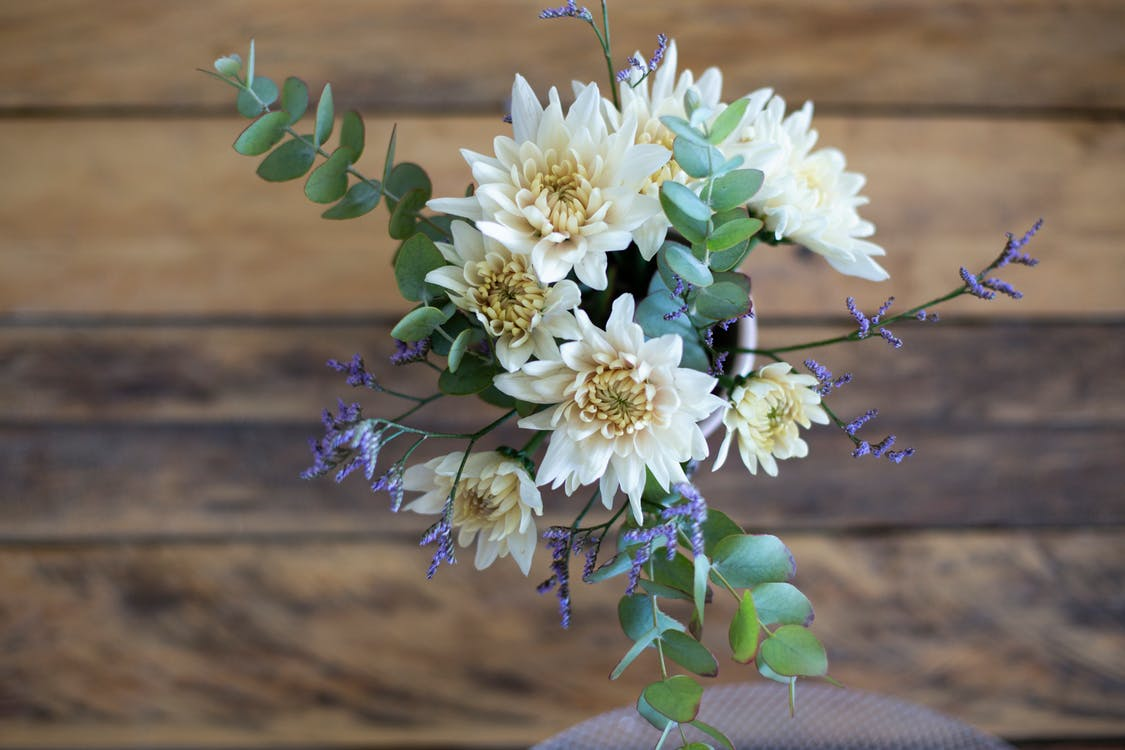blomster på et trægulv, blomsterbuket, boquet