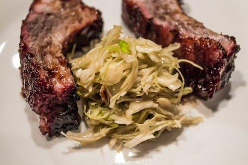 Gratis arkivbilde med barbarque, bbq ribber, coleslaw