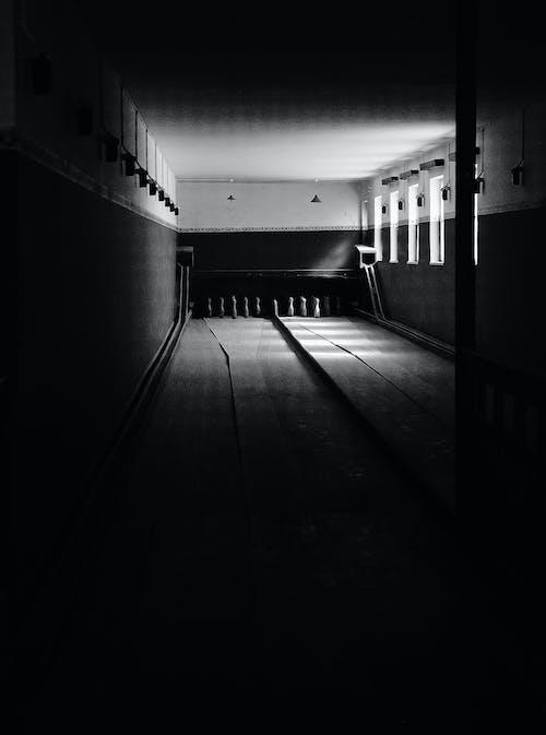 保齡球館的灰度攝影