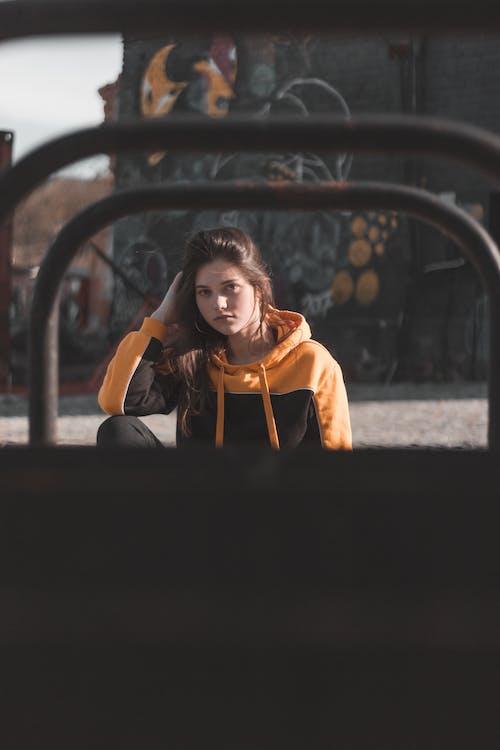 갈색 머리, 아름다운 여성, 앉아 있는, 여성의 무료 스톡 사진