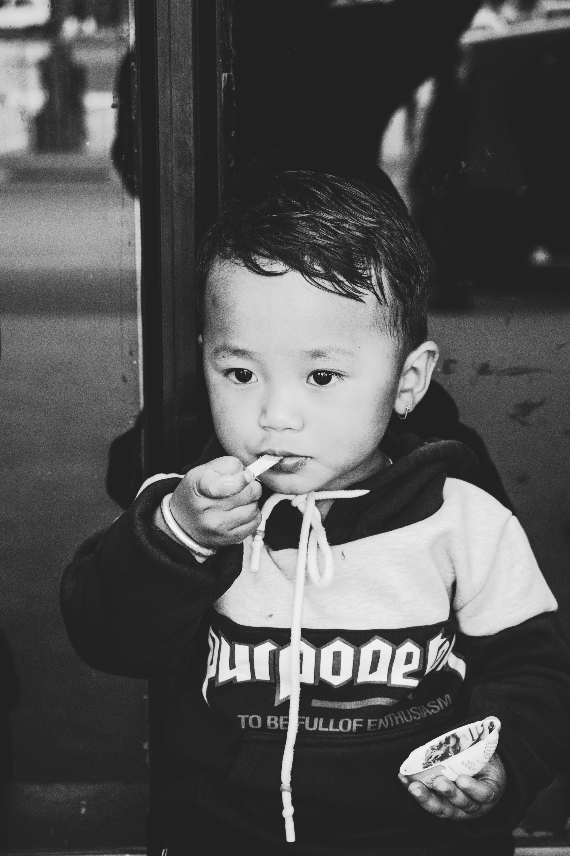 Foto d'estoc gratuïta de adorable, bebè, blanc i negre, bufó