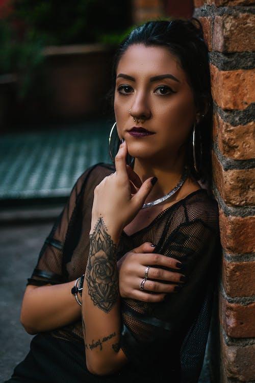 Gratis lagerfoto af brunette, eftertænksom, fotosession, fritidstøj