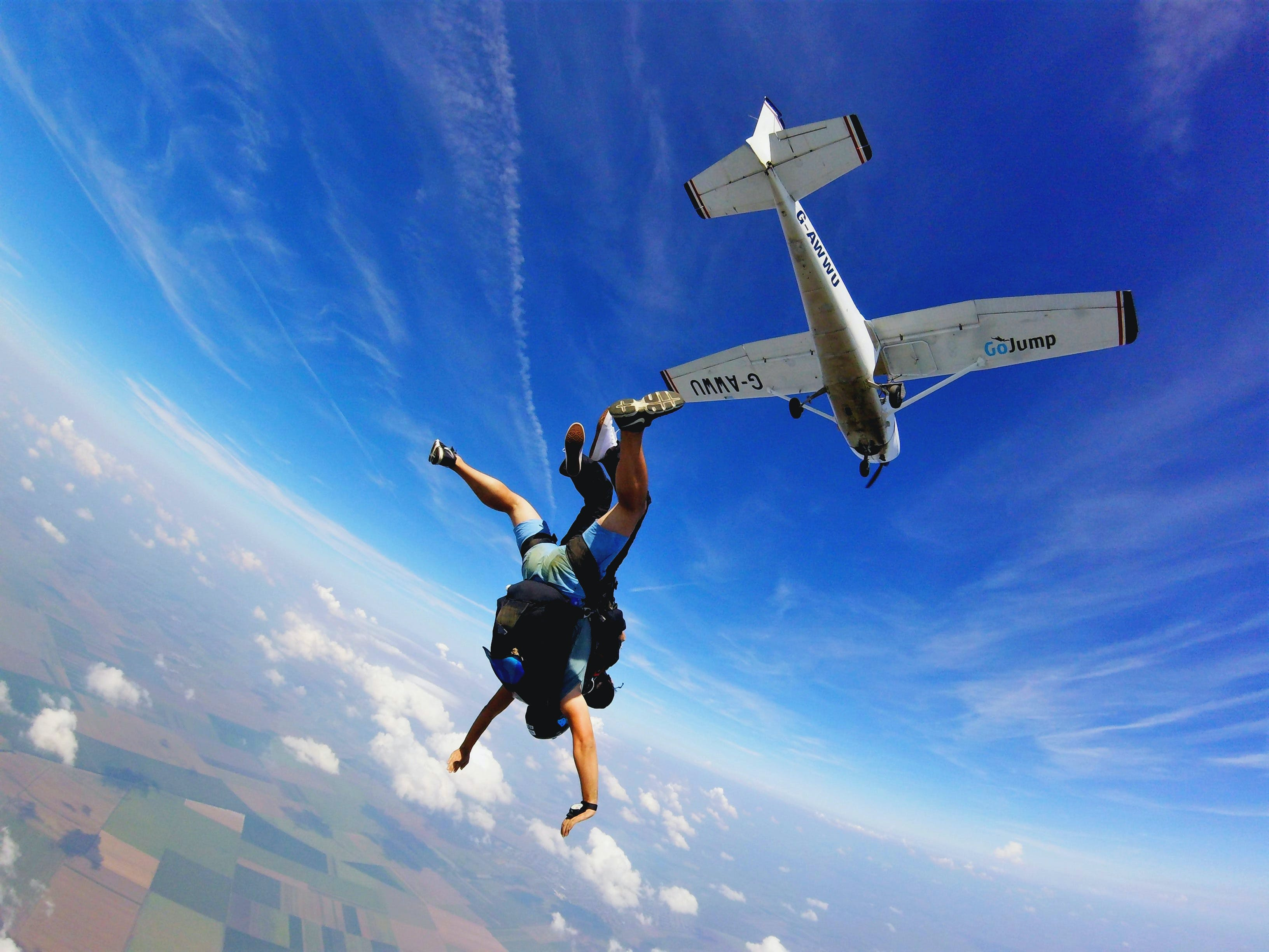 Gratis lagerfoto af blå himmel, falde fra himlen, faldskærm, flyspring