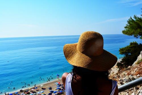 Безкоштовне стокове фото на тему «біля моря, літній настрій, пляж, пляжний капелюх»