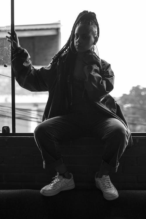 블랙 앤 화이트, 사람, 실루엣, 앉아 있는의 무료 스톡 사진