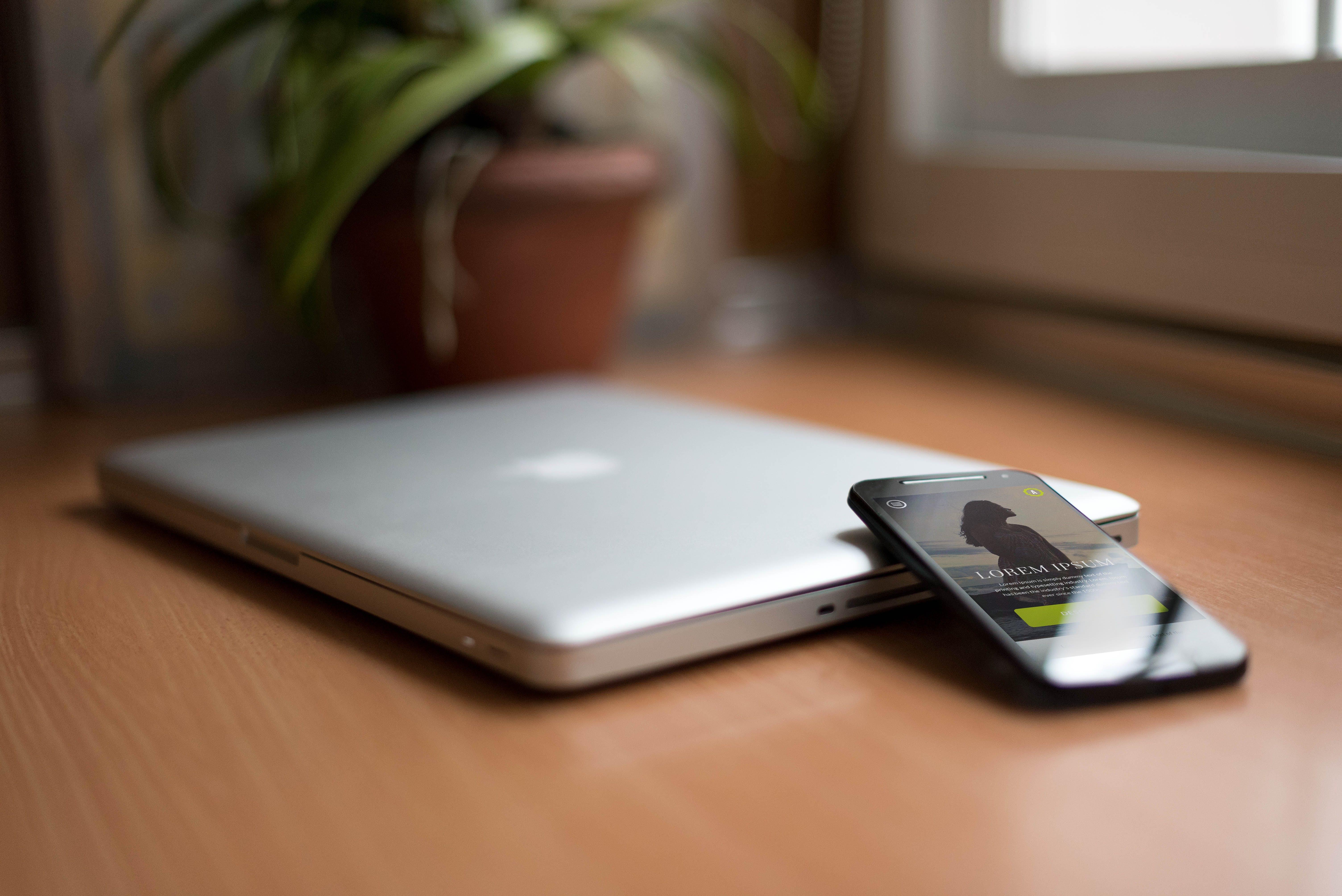 Foto profissional grátis de balcão, celular, computador, computador portátil