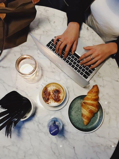Fotobanka sbezplatnými fotkami na tému chlieb, croissant, jedlo, káva