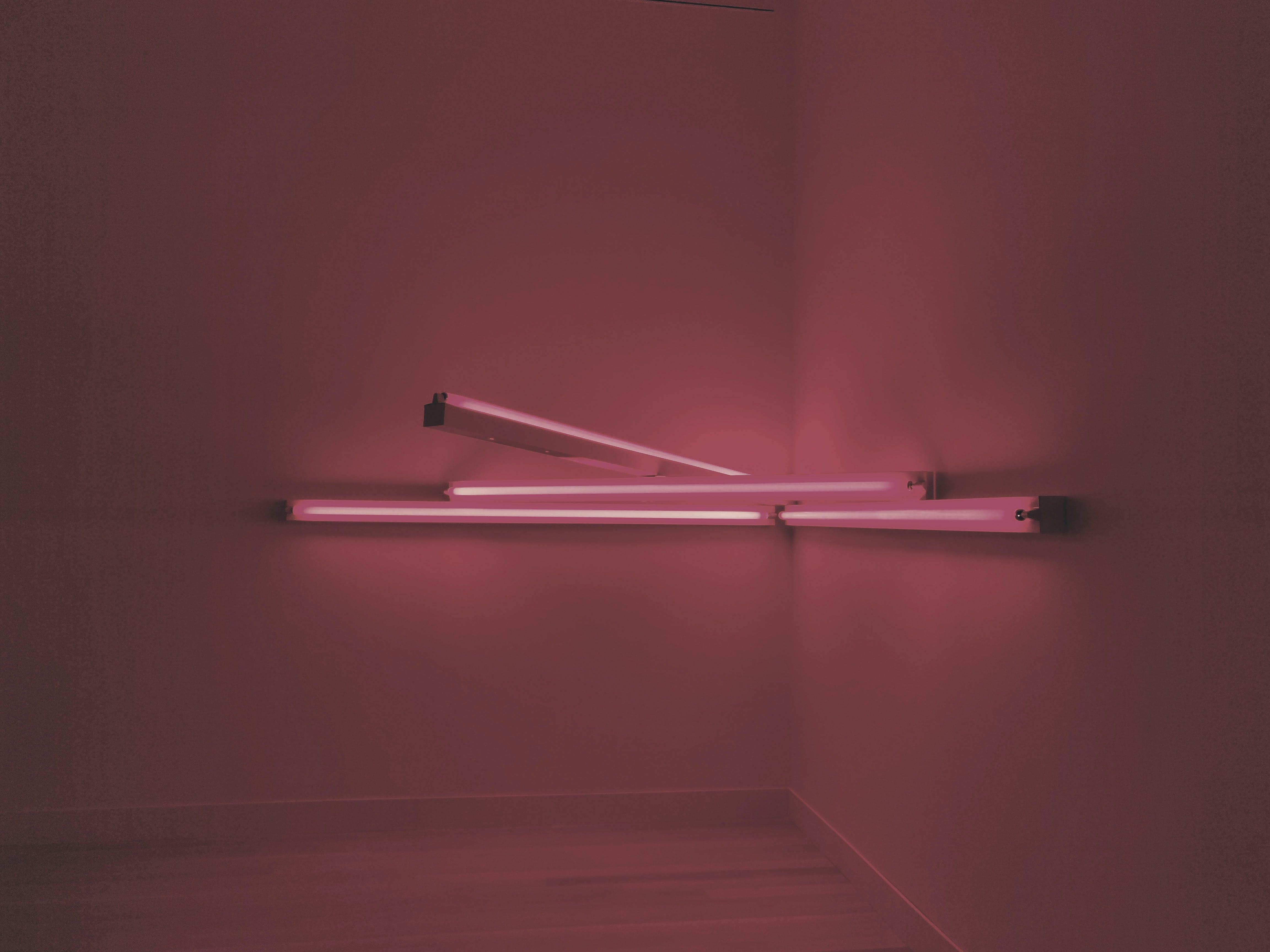 Fotos de stock gratuitas de adentro, fluorescente, fondo rosa, habitación