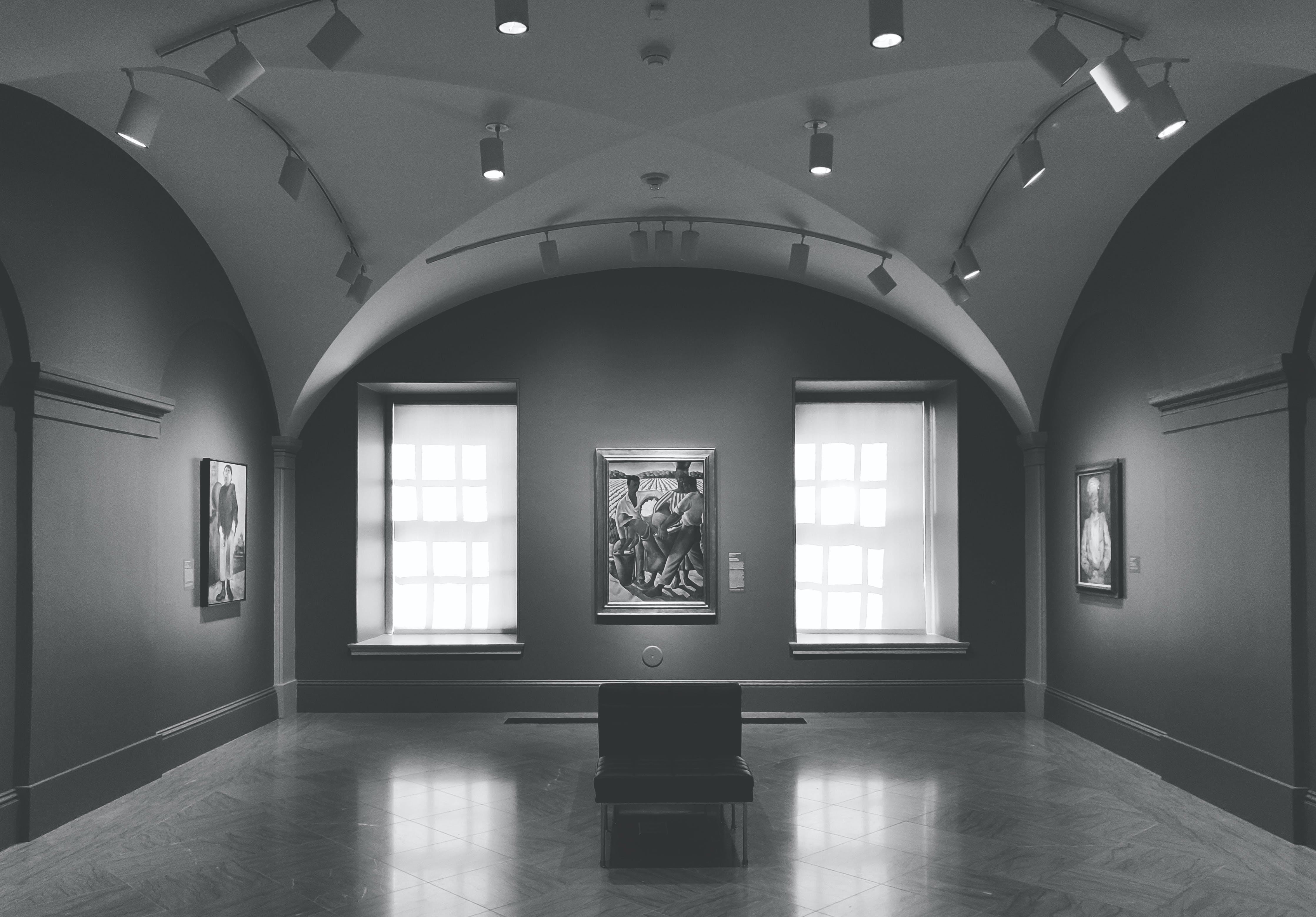 Fotos de stock gratuitas de adentro, arquitectura, blanco y negro, dentro