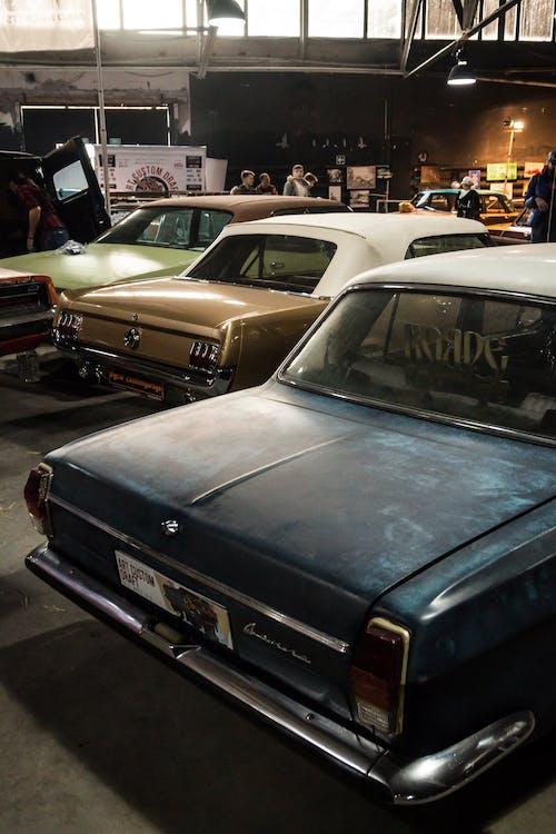 Gratis arkivbilde med biler, innendørs, kjøretøy, klassisk