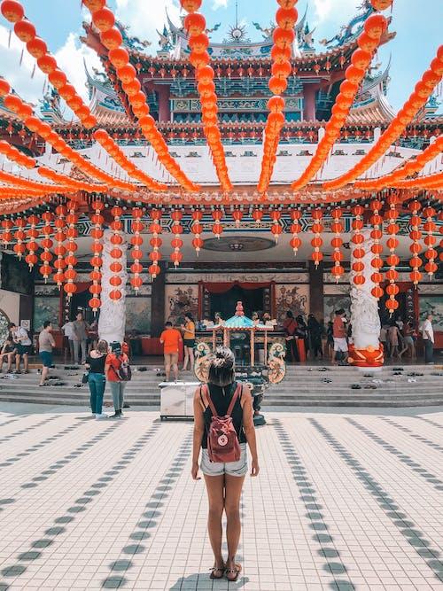 Kostenloses Stock Foto zu architektur, chinesische laternen, der hou tempel, frau