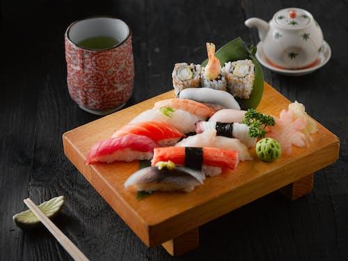 Houten plankje met allerlei soorten gezonde sushi.