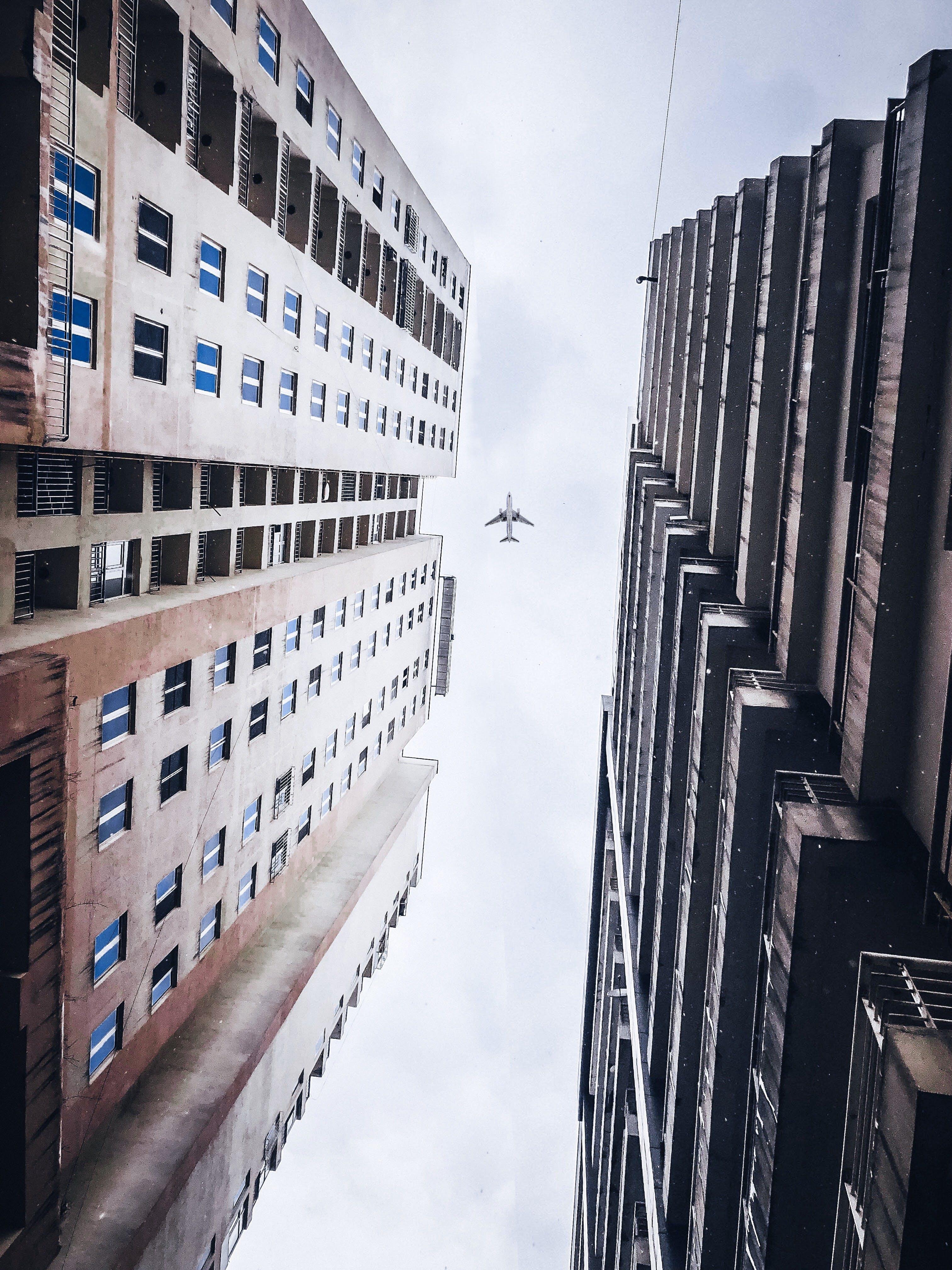 Gratis stockfoto met architectuur, binnenstad, flat, gebouwen