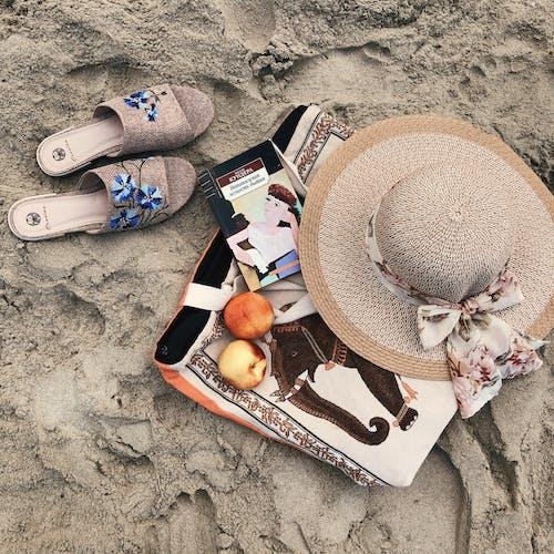 Gratis lagerfoto af fodtøj, hat, hjemmesko, sand