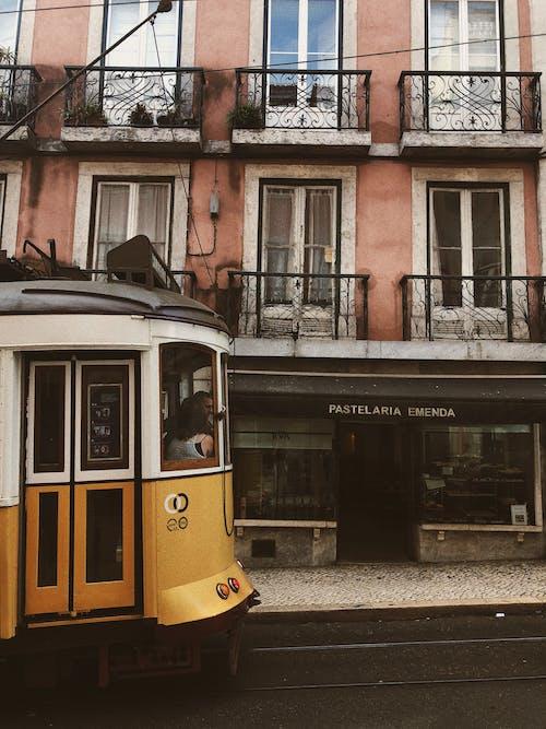 Бесплатное стоковое фото с городской, здание, окна, трамвай