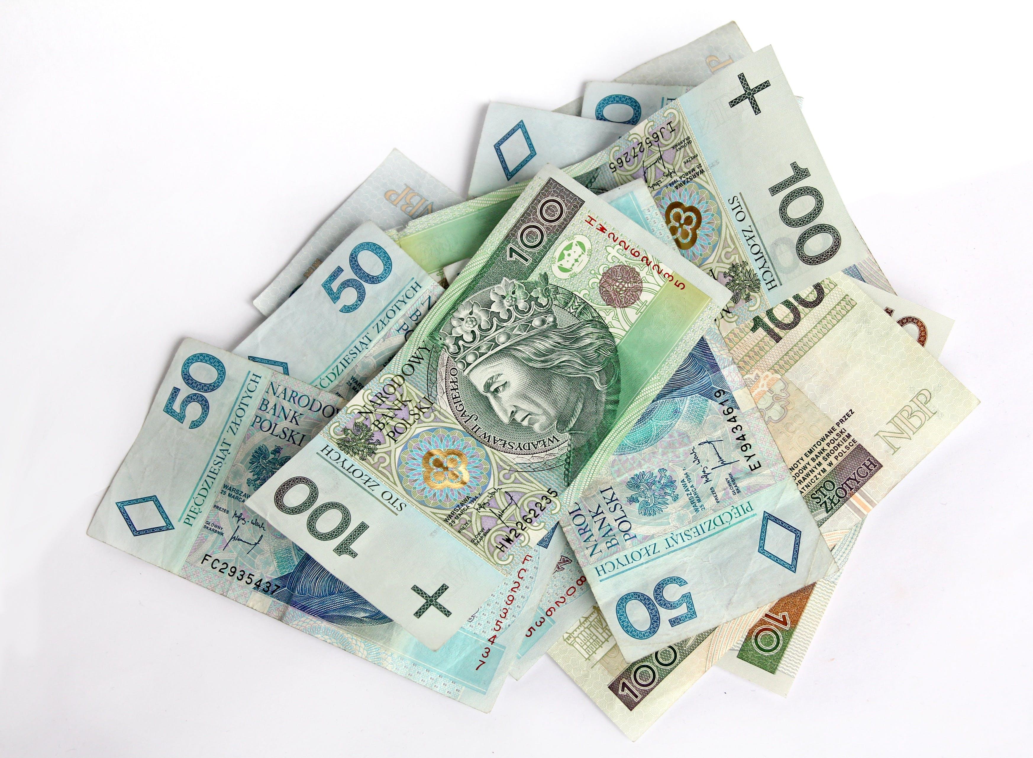 100, bankovky, dámská peněženka