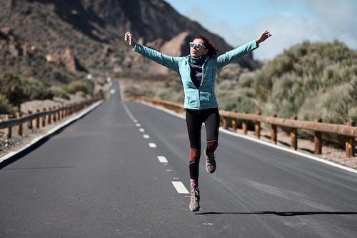 交通系統, 女人, 瀝青, 賽跑 的 免费素材照片