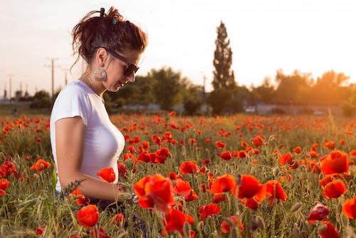 Darmowe zdjęcie z galerii z flora, kobieta, kwiat, kwiaty