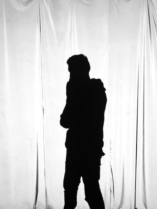 Darmowe zdjęcie z galerii z czarno-biały, kurtyna, mężczyzna, osoba