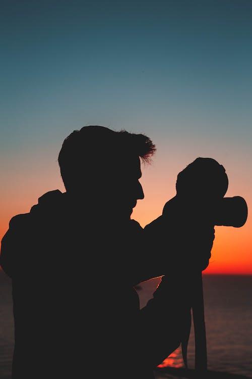 Gratis lagerfoto af bagbelyst, mand, morgengry, silhouet