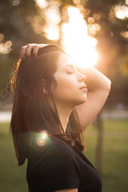 akşam Güneşi, ayakta, fotoğraf çekimi, gözler kapalı içeren Ücretsiz stok fotoğraf
