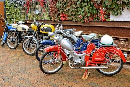 Gratis arkivbilde med fortau, hjelm, parkert, sykler