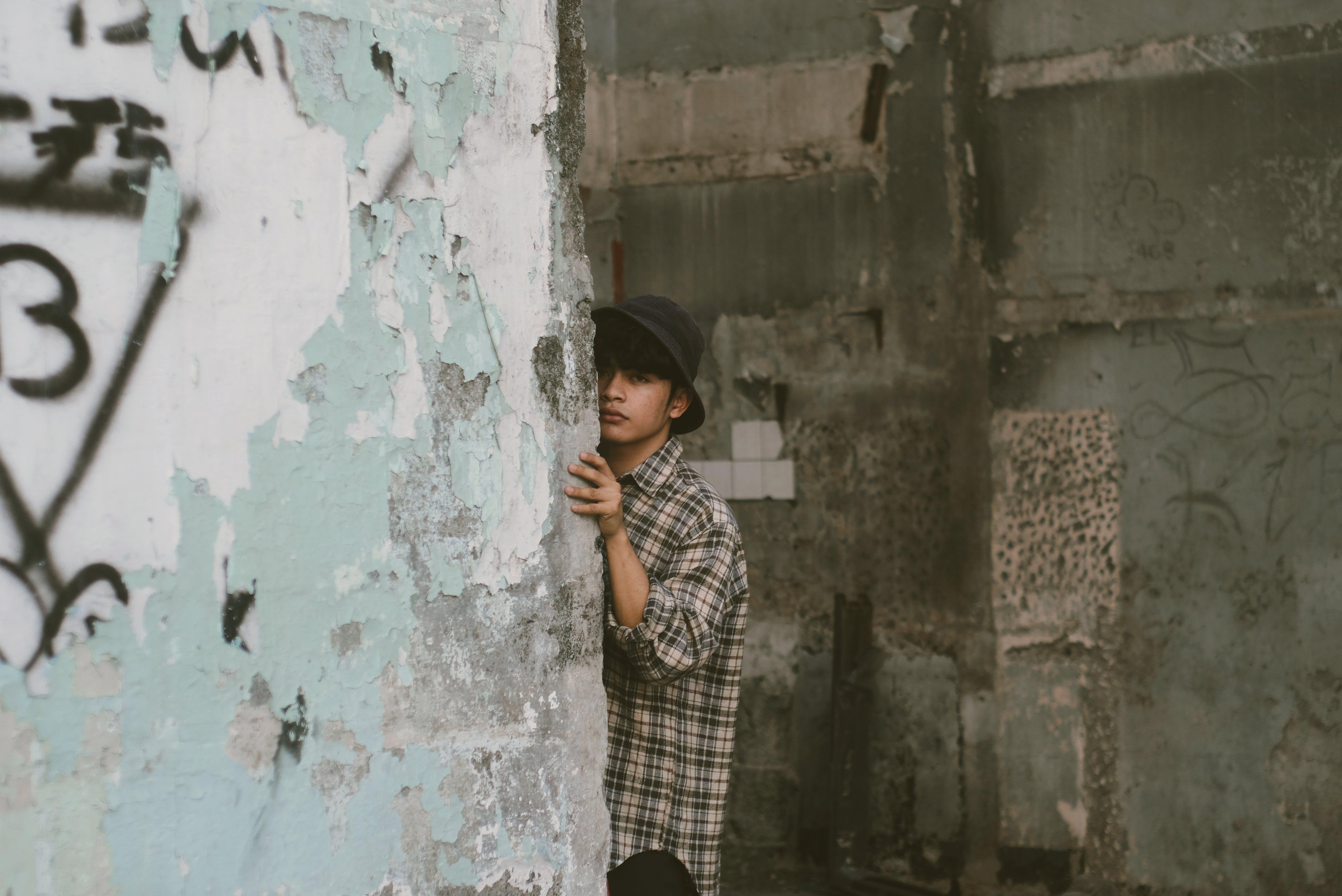 Foto stok gratis bangunan, bersembunyi, diabaikan, dinding