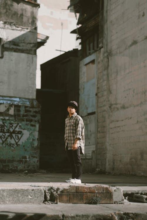 Základová fotografie zdarma na téma budovy, focení, ležérní oděv, muž