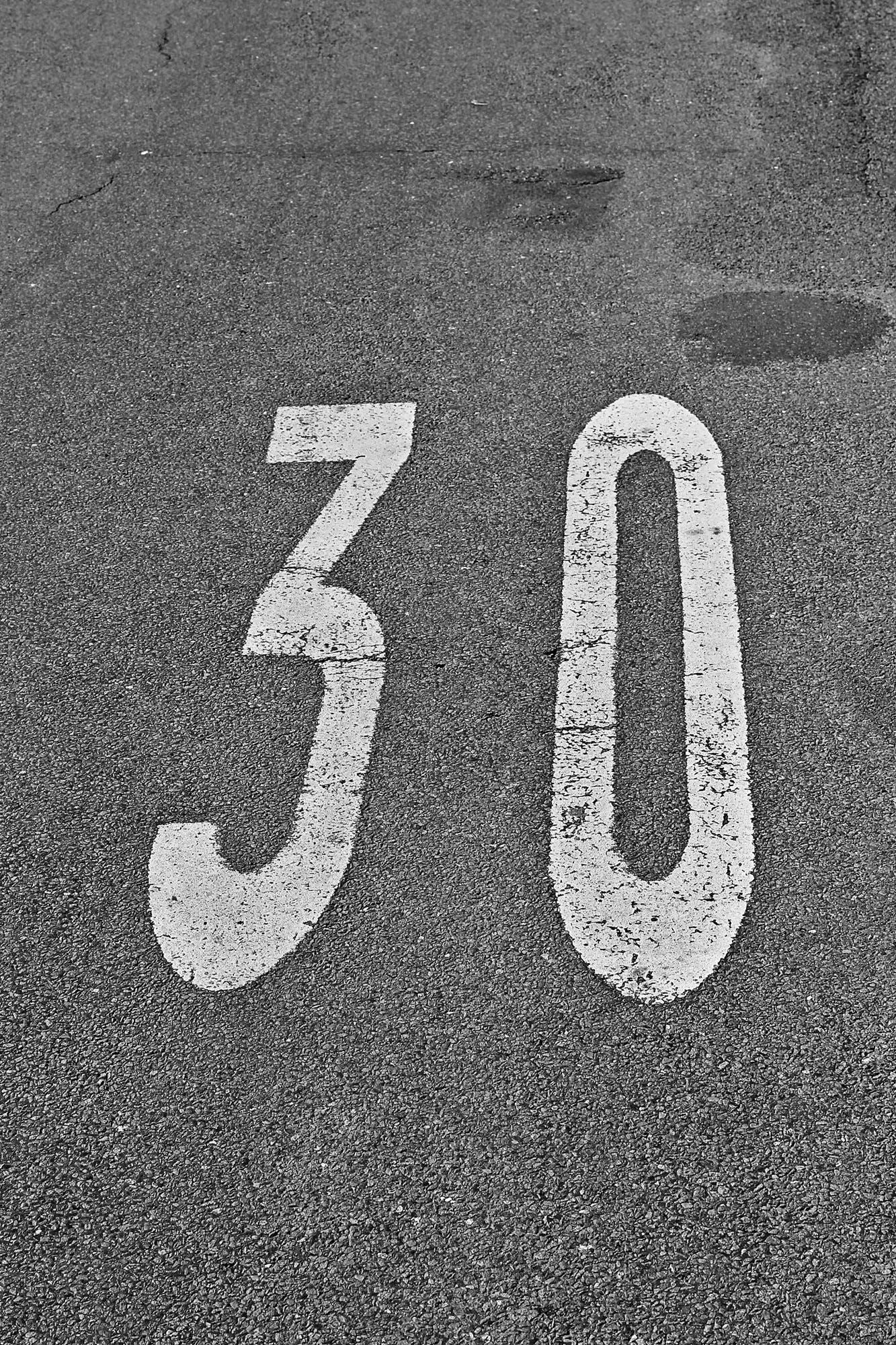 Foto profissional grátis de asfalto, calçamento, estrada, números