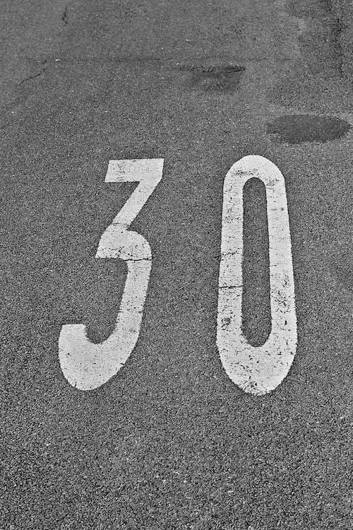 Photos gratuites de asphalte, chaussée, chiffres, noir et blanc