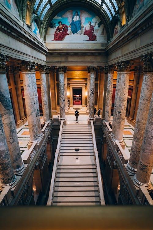 Bir Katedralin Içinde Merdiven Tepesinde Duran Adamın Havadan çekilmiş Fotoğrafı