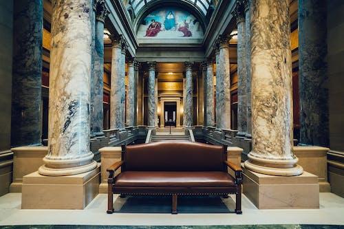 bina, iç mekan, kanepe, kolonlar içeren Ücretsiz stok fotoğraf