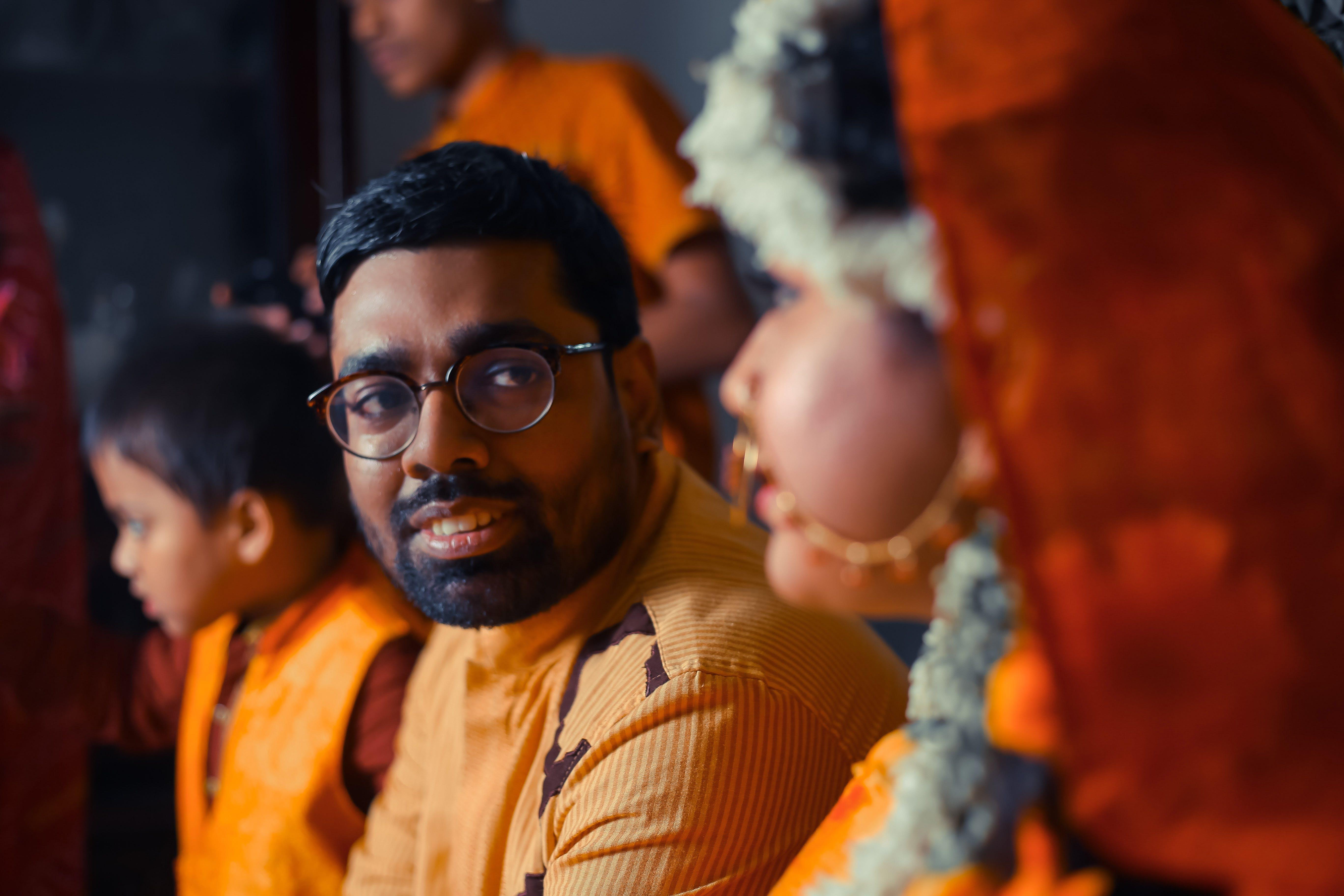 Základová fotografie zdarma na téma aférka, láska, muž nosí brýle, muž při pohledu na ženu
