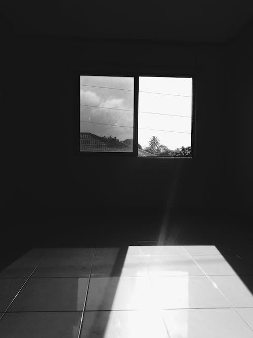 Immagine gratuita di bianco e nero, casa, finestra, interni