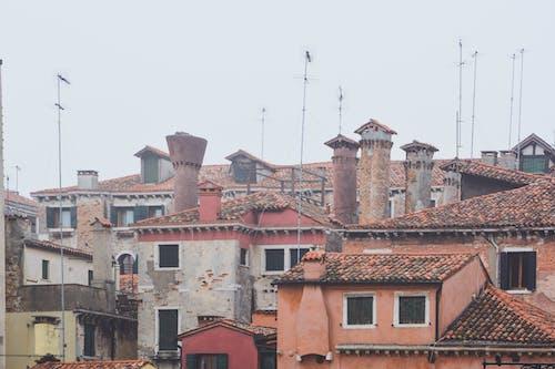 Kostnadsfri bild av antenner, arkitektur, byggnader, dimma