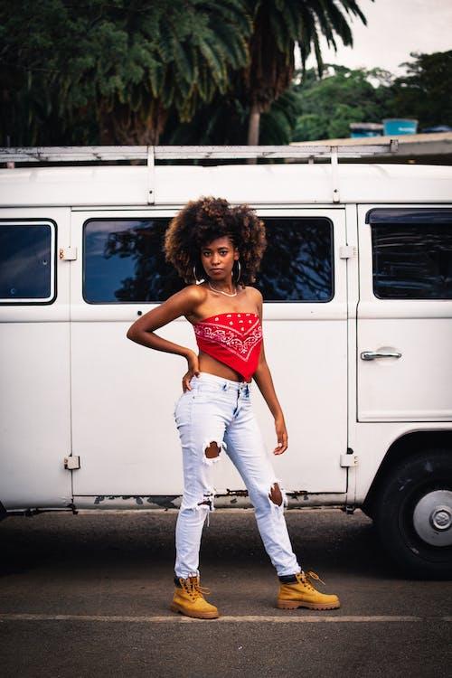Gratis lagerfoto af afrikansk kvinde, afroamerikansk kvinde, akimbo, folkevogn